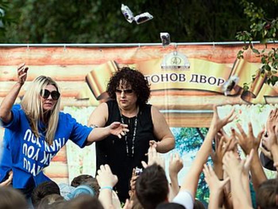 Одна на толпу россия, как девушки кончают во время секса видео порно онлайн